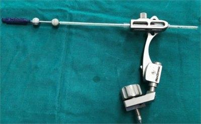 Hình 2. Bộ dụng cụ chọc hút có gắn hạt định vị