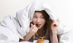 Bạn thường có xu hướng ăn nhiều và liên tục vào mùa đông. Ảnh internet