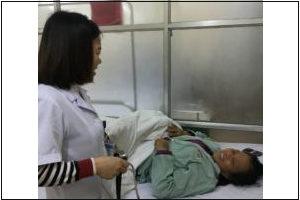 Bác sĩ Yến thăm khám bệnh cho bệnh nhân