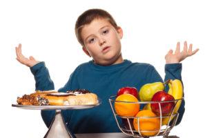 """Tình trạng thừa cân, béo phì của trẻ em, nhất là ở những thành phố lớn đang ngày một gia tăng. Đây là vấn đề rất đáng lo ngại vì trẻ thừa cân, béo phì sẽ có nguy cơ mắc nhiều bệnh mạn tính như: huyết áp, tim mạch, tiểu đường... Để hạn chế tình trạng béo phì ở trẻ nhỏ, Chương trình Truyền thông """"Vì sức khỏe người Việt"""" xin giới thiệu tới các bậc cha mẹ những hướng dẫn điều trị sau: - Khống chế các bệnh cơ bản như hen, rối loạn mỡ máu, ĐTĐ… - Giải thích về tính chất có hại cho sức khỏe của béo phì và các bệnh liên quan đến lối sống. - Cấm các loại nước hoa quả, nước giải khát - tạo thói quen dùng trà (trà xanh, trà đen, trà ô long…) và dùng nước trắng để giải khát. - Nếu trẻ > 2 tuổi nên sử dụng sữa gầy ít chất béo. - Chế độ ăn cân đối hợp lý, đủ năng lượng, chất đạm, chất béo, vitamin và muối khoáng theo nhu cầu lứa tuổi. Hạn chế món ăn quay, xào; nên hấp, luộc. - Ăn cơm đều đặn 3 bữa/ngày và ăn vặt 1 lần/ngày, không bỏ bữa, không để trẻ bị đói. - Nghiêm cấm không được vừa xem ti vi vừa ăn quà vặt. - Không nên dự trữ thức ăn giàu năng lượng ở nhà. - Cố gắng cho trẻ ăn rau, trái cây tươi, và những thức ăn giàu chất xơ. - Không để trẻ ăn nhiều bánh kẹo, đồ ngọt. - Kiểm tra trọng lượng cơ thể định kỳ, ghi chép lại thành bảng, biểu. - Tránh sử dụng thang máy, thang cuốn, mà sử dụng thang bộ. - Giúp đỡ việc nhà, dọn dẹp xung quanh, tránh không nằm lăn lê. - Chơi đùa ngoài trời cùng bạn bè sau giờ học. - Chú ý không chơi game hay xem ti vi quá nhiều (không quá 02 tiếng/ngày). - Sáng dậy sớm. Không ăn trước khi đi ngủ hoặc ăn đêm. - Trong giờ nghỉ giải lao ở trường, nên ra ngoài chơi các trò vận động cơ thể. - Tăng cường vận động: bơi, nhảy dây, đi bộ, bóng đá, đi xe đạp… - Khuyến cáo nên cho trẻ tập thể dục ít nhất 30 phút mỗi ngày, lựa chọn môn thể thao phù hợp với sức khỏe và thời gian của trẻ. P/S: Theo Tài liệu Hướng dẫn điều trị dinh dưỡng lâm sàng."""