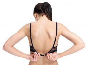 Tập cho vai cử động bằng động tác cài áo ngực