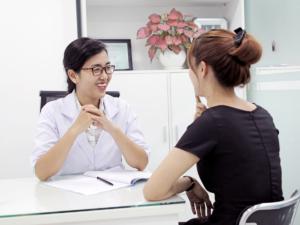 Chủ động trao đổi những thắc mắc và tuân thủ chỉ định của Bác Sĩ Chuyên Khoa Da Liễu để trị mụn hiệu quả.