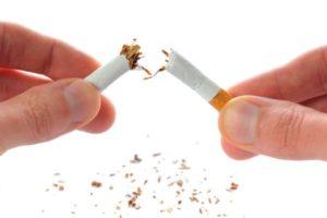 Ngừng hút thuốc lá là biện pháp hiệu quả làm giảm nguy cơ tim mạch. Ảnh: St