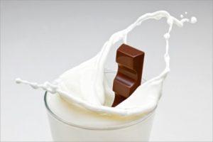Không nên dùng sữa và socola