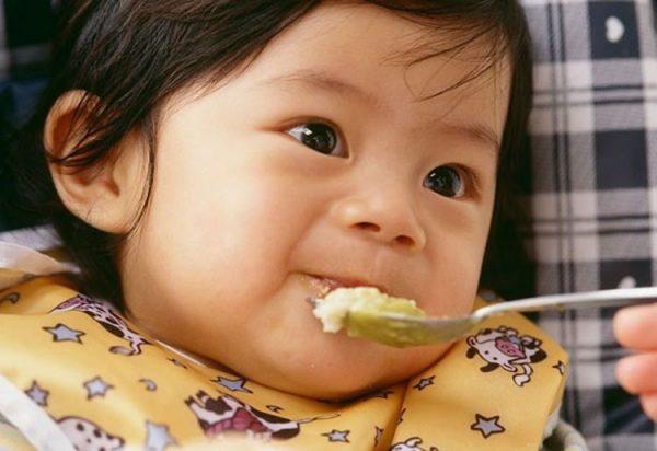 trẻ bị viêm tai giữa nếu cho ăn ở tư thế nằm