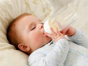 Cho trẻ ăn nằm dễ bị viêm tai.
