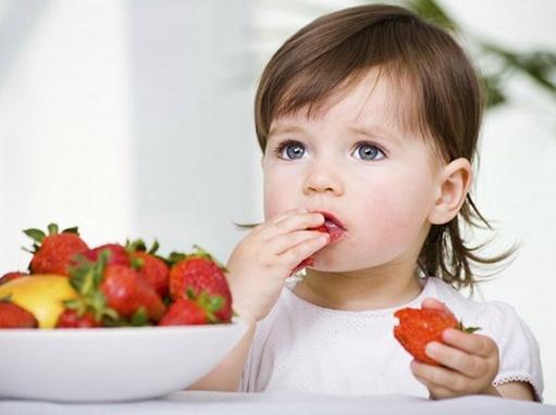 Cung cấp Vitamin C giúp trẻ tăng sức đề kháng và nhanh hạ sốt