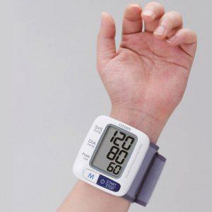 Cách đo huyết áp chuẩn tại nhà bằng máy đo điện tử cổ tay