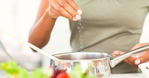 Người tăng huyết áp nên có chế độ ăn giảm muối