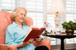Đọc sách giúp cải thiện tình trạng mất ngủ ở người già