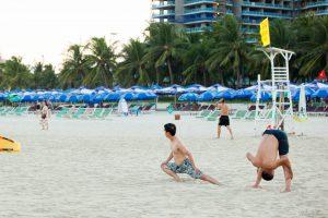 Khởi động trước khi tắm biển để tránh bị chuột rút
