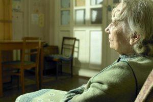 Người già buồn chán vì cô đơn có thể gây mất ngủ