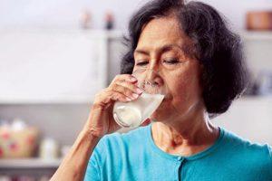 Uống sữa cải thiện tình trạng mất ngủ