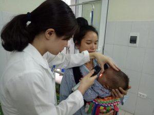 Bác sĩ kiểm tra mắt cho bé tại BV Mắt Trung ương