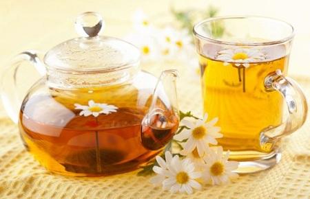 Trà hoa cúc ấm giúp giảm viêm họng