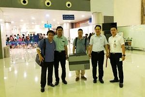 GS.TS Phạm Như Hiệp (áo xanh) vận chuyển quả tim từ Hà Nội vào Huế. Ảnh: Bệnh viện Trung ương Huế.