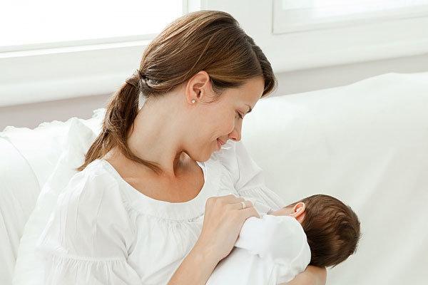 Nên cho trẻ sơ sinh bị viêm tai giữa bú sữa mẹ bình thường