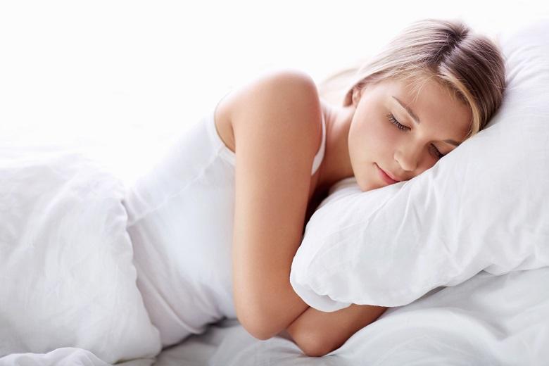 Để tránh viêm họng, nên đắp 1 chiếc chăn mỏng khi ngủ