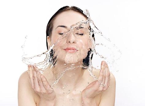 Làm ướt da mặt trước khi dùng sữa rửa mặt
