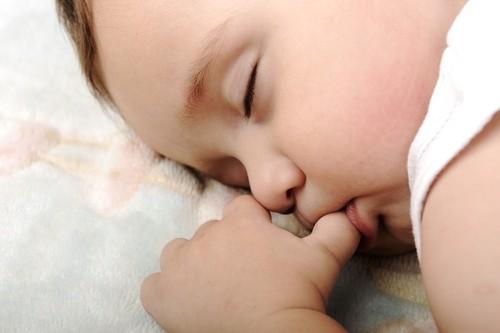 Thói quen mút tay - nguyên nhân gây chốc mép (lở mép) ở trẻ em