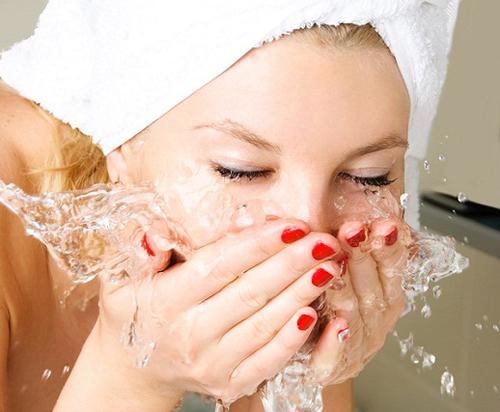Rửa mặt sạch giúp điều trị mụn trứng cá bọc