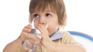 Nhắc nhở trẻ uống nước thường xuyên