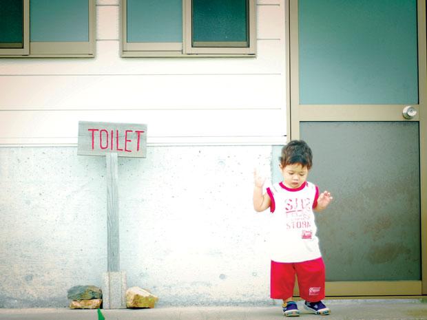 Nhịn đi vệ sinh là nguyên nhân gây táo bón ở trẻ