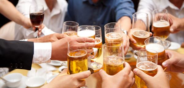 Uống nhiều rượu bia cũng là nguyên nhân gây viêm dạ dày cấp