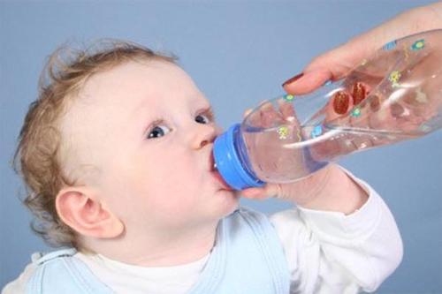 Nên khuyến khích trẻ uống nước từng ít một và uống nhiều lần trong ngày