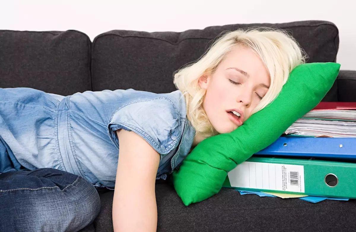 Ngủ gối đầu cao sai tư thế cũng là một nguyên nhân đau vai gáy