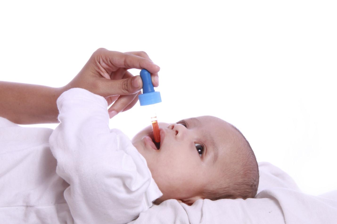 Cho trẻ uống vacxin phòng Rota virus gây bệnh tiêu chảy