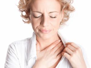 Người bị ung thư tuyến giáp thường có Cảm giác khó nuốt, vướng nghẹn ở cổ