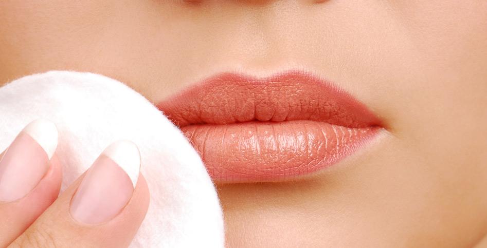Bước đầu tiên của chăm sóc môi đúng cách : tẩy trang môi