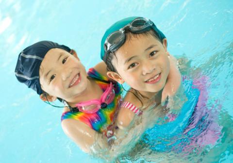 Bơi lội là một hoạt động ngoại khóa ưa thích của trẻ