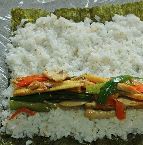 Cách làm cơm cuộn rong biển chay.