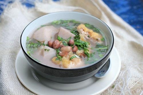 Món canh khoai sọ nấu chay với lạc và đậu phụ.