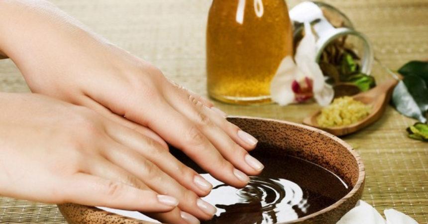 Dưỡng móng tay bằng dầu dừa