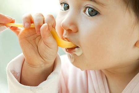 Như thế nào là cho trẻ ăn váng sữa đúng cách