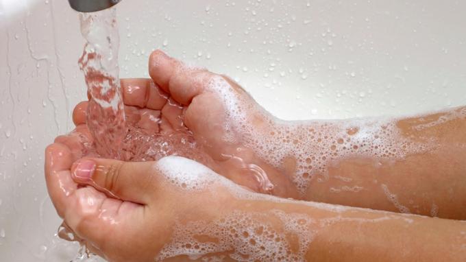 Rửa tay cho trẻ thường xuyên để phòng bệnh tay chân miệng
