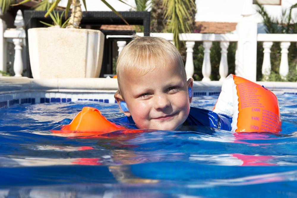 Sử dụng nút tai khi bơi đề phòng nước vào tai
