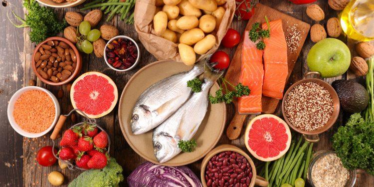 Chế độ ăn uống lành mạnh giúp giảm mỡ máu.