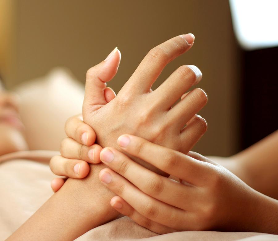 Massage bàn tay hằng ngày là cách làm lòng bàn tay mềm mị