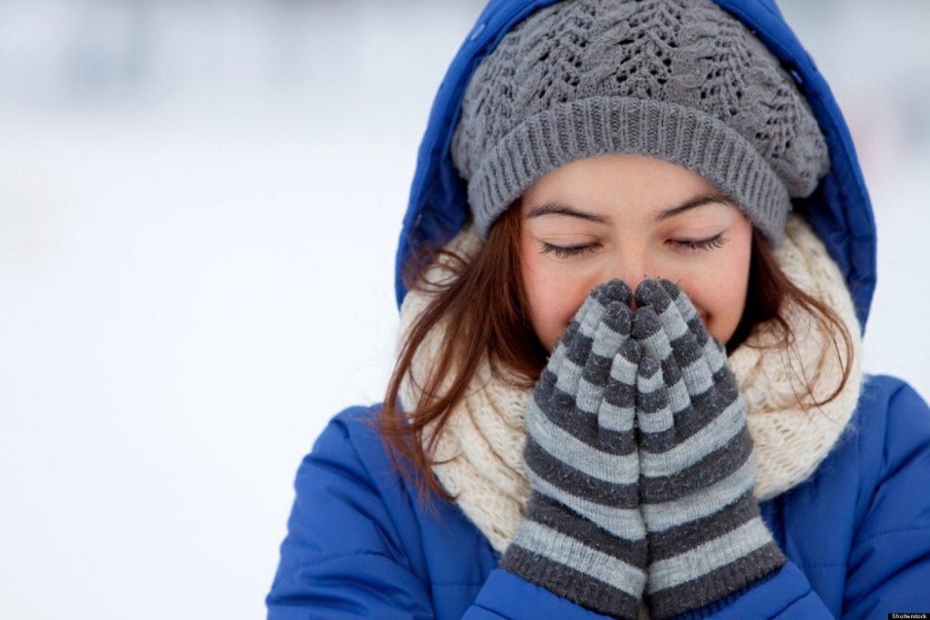 Mẹ nên giữ ấm cơ thể vào mùa đông để tránh cảm lạnh