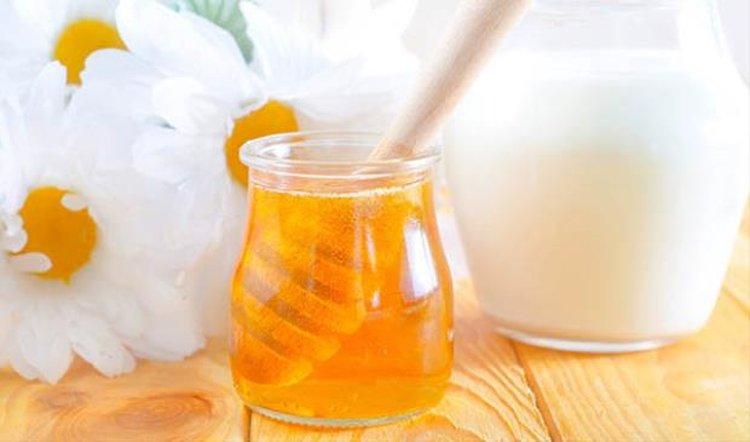 Đắp mặt nạ sữa chua không đường với mật ong được nhiều chị em lựa chọn