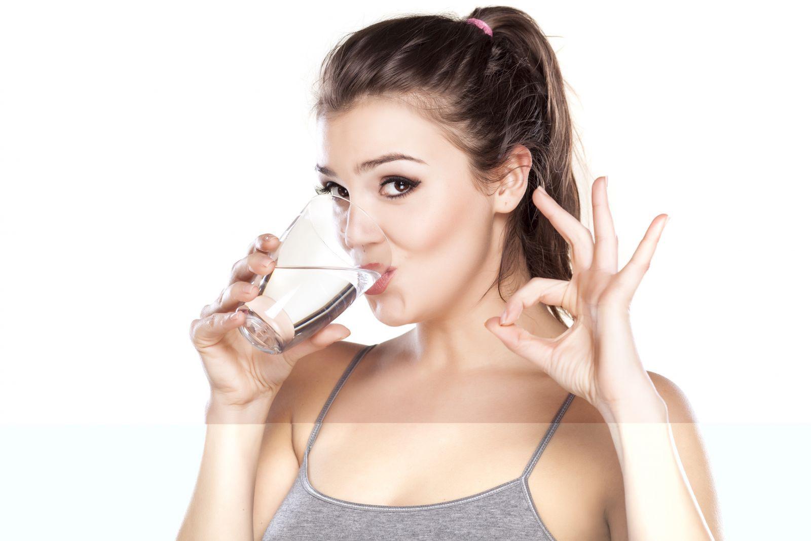Uống ít nhất 2 lít nước mỗi ngày là cách thay đổi ngoại hình tích cực