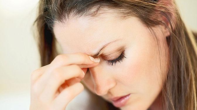 Đau nhức quanh mắt hoặc trán là biểu hiện của viêm xoang trán