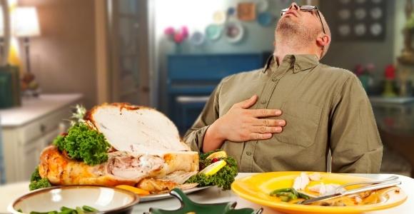 Ăn quá no vào buổi tối cũng có thể là nguyên nhân mất ngủ