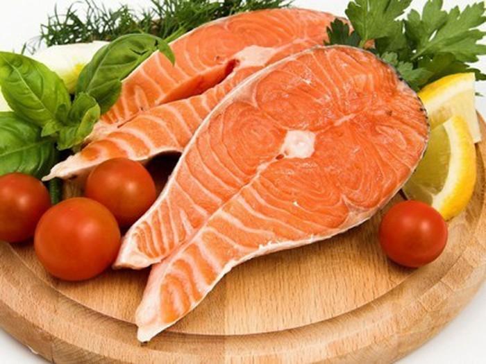 Cá hồi giàu Omega3 rất tốt cho người bị thoái hóa cột sống cổ