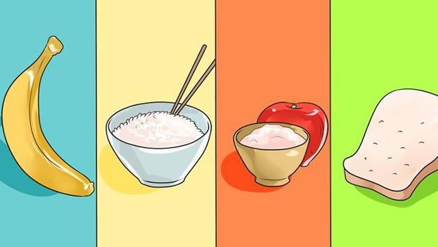 Chế độ ăn BRAT gồm chuối, cơm, táo và bánh mì cho người bệnh tiêu chảy cấp