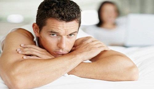 Mất cảm giác khi gần gũi bạn tình cũng là một biểu hiện của yếu sinh lý